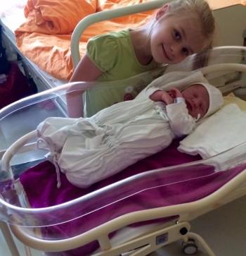 Foto - Danielka s bratom Hugom v novej postielke
