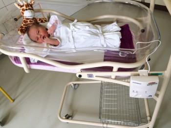 Foto 1 - spokojné novorodeniatko stráži nový monitor dychu